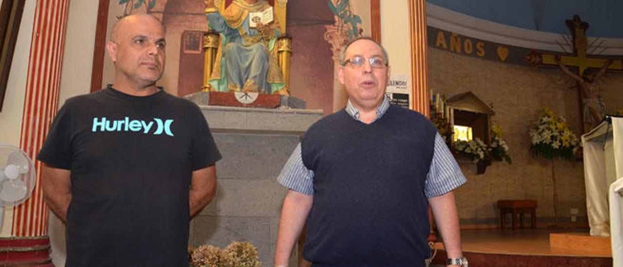 José Castro y el párroco de El Ejido, José Antonio Socorro, ante la imagen de San Pedro, ayer.