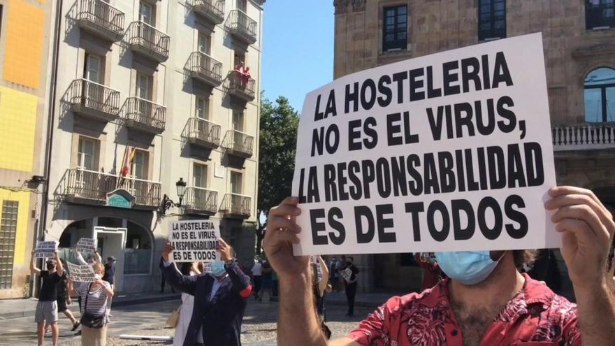 """""""La hostelería no es el virus"""", gritan los hosteleros en la Plaza Mayor gijonesa"""