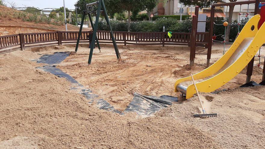 Infraestructuras renueva los areneros de ocho parques infantiles de Palma