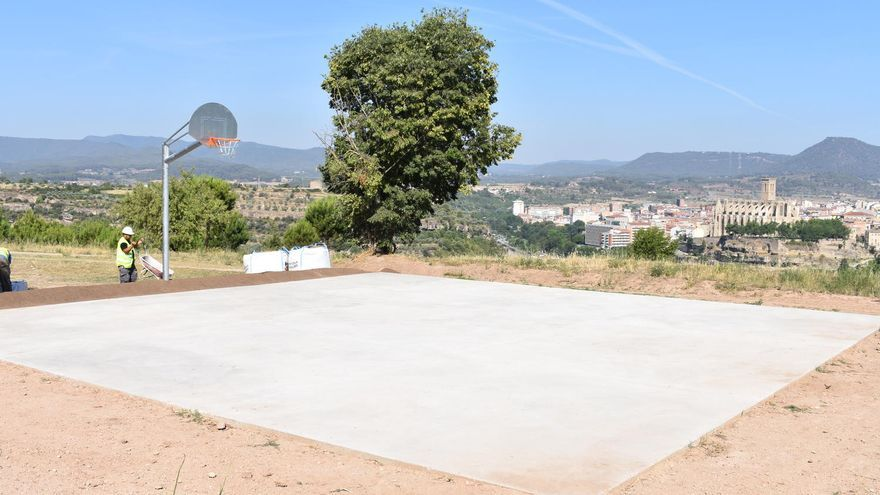 L'Ajuntament habilita una pista pavimentada i una cistella de bàsquet a la Balconada