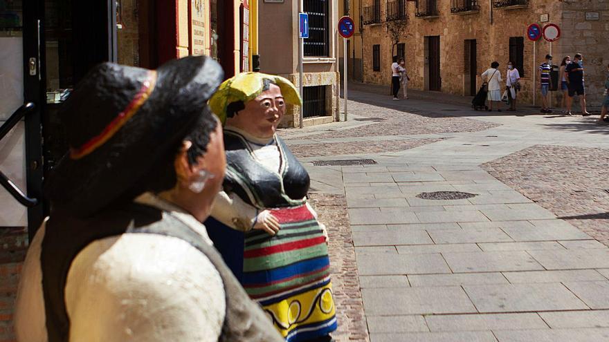 Las tiendas de souvenirs de Zamora empiezan a superar su crisis: Siempre nos quedarán los recuerdos