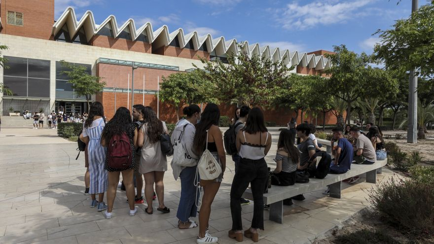 El estudiantado de la UMH de Elche reclama que no haya más retrasos con las becas de la Generalitat