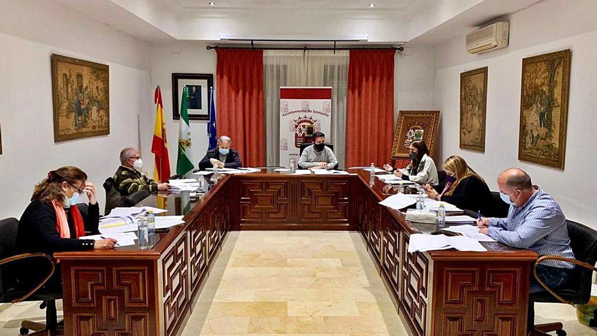 Imagen del pleno del Ayuntamiento de Santaella, con José Álvarez Rivas en la presidencia.