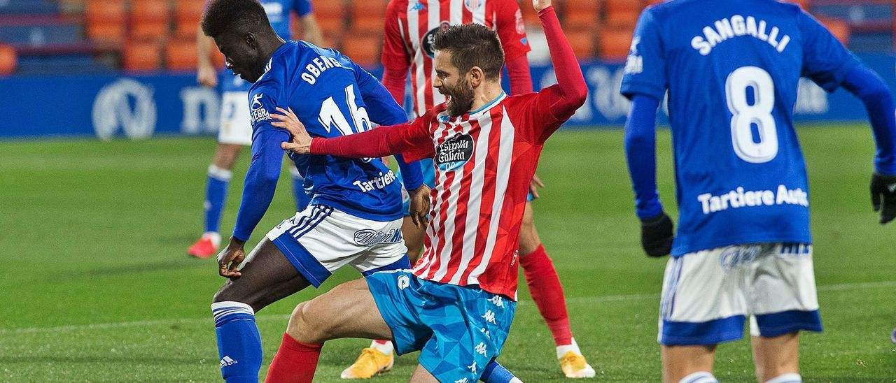 Obeng trata de irse de Venancio ante Sangalli y Cristian Herrera durante el partido de ayer en el Anxo Carro.   LOF