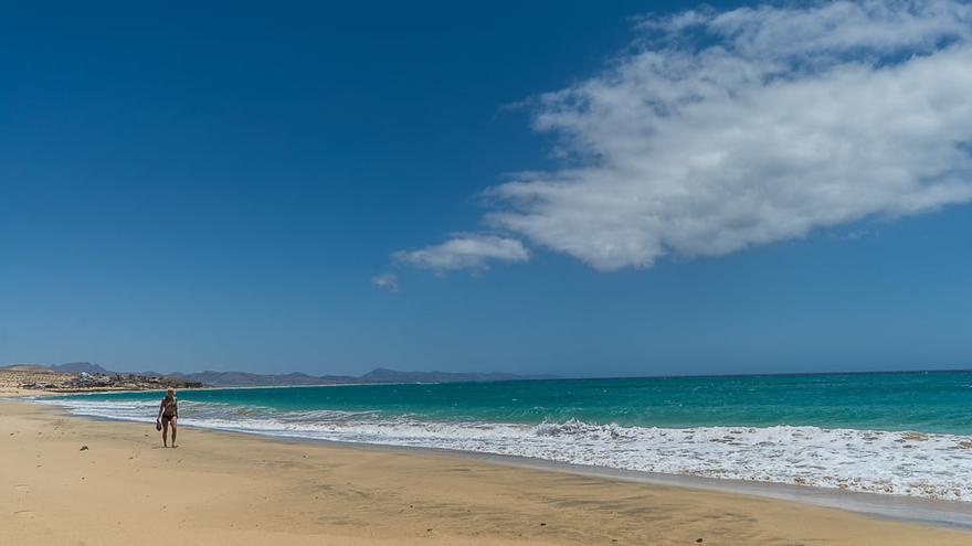 Un paseo por la playa del Salmo