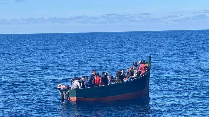 Salvamento socorre a 28 magrebíes en una patera al norte de La Graciosa
