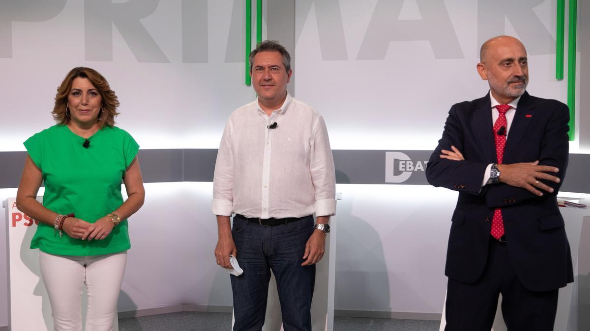 Susana Díaz, Juan Espadas y Luis Ángel Hierro posan antes del debate.