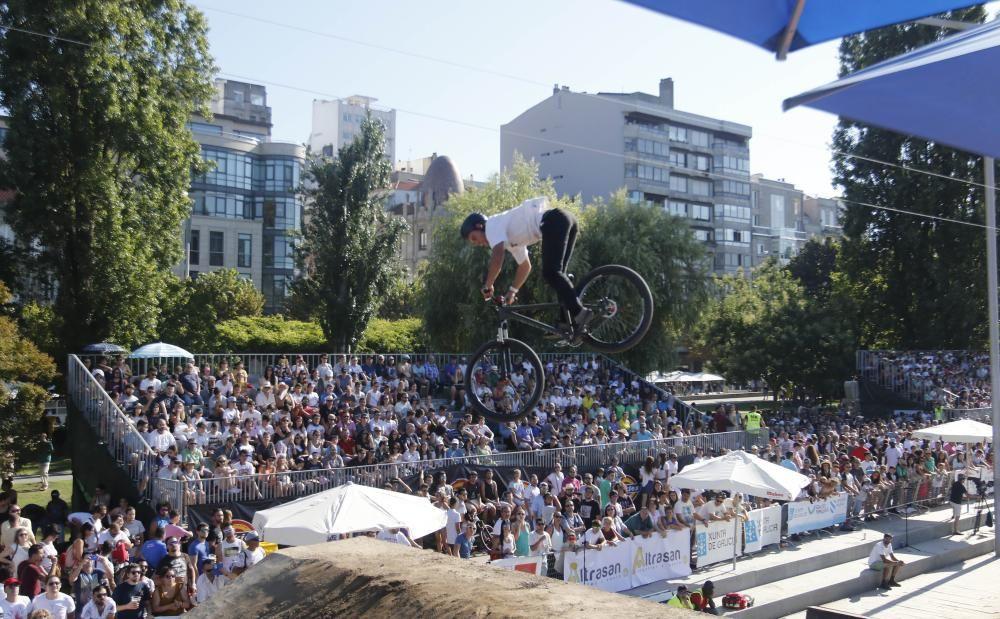 Las acrobacias aéreas del Dirt Jump dejan boquiabierto al público de O Marisquiño.