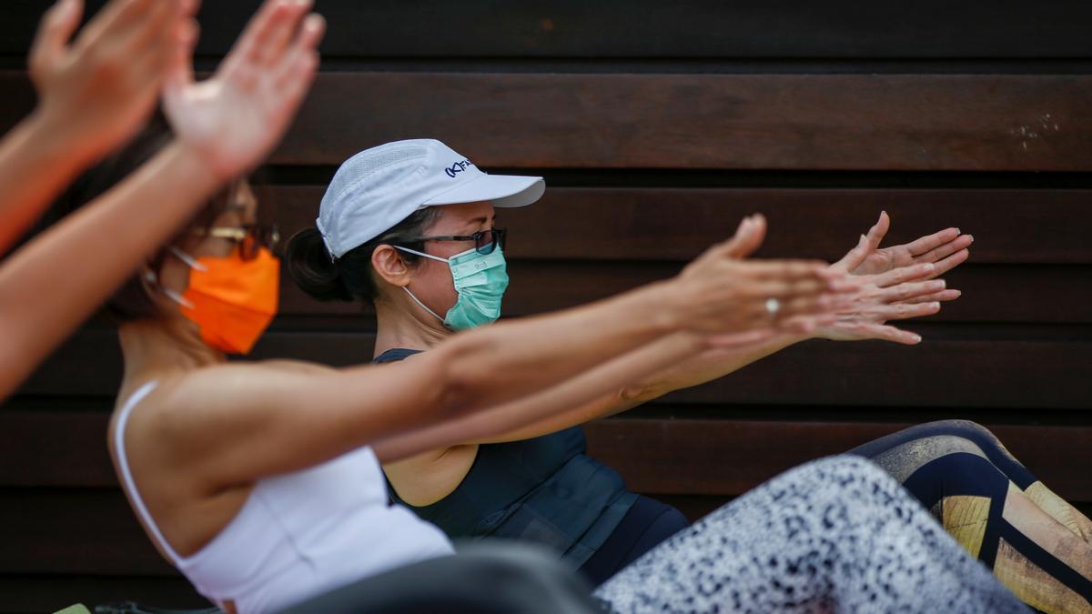 Mujeres con mascarilla practican yoga en Indonesia