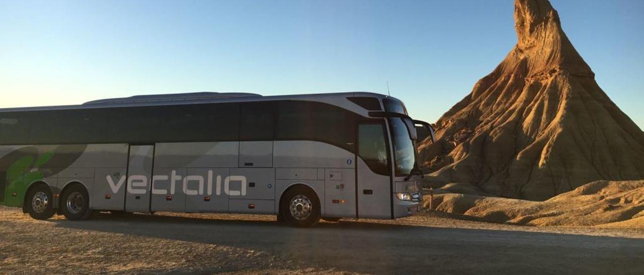 Uno de los autocares de Vectalia en un paraje de Almería.