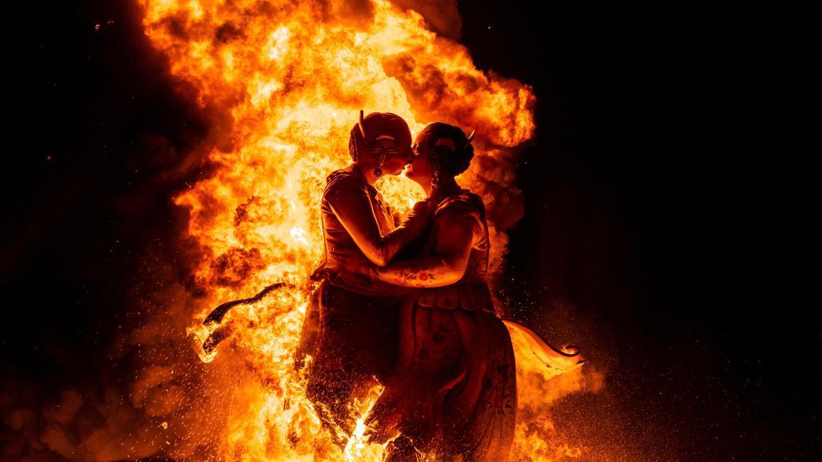 La falla de Cronista Beguer, en Torrent, arde entre llamas.
