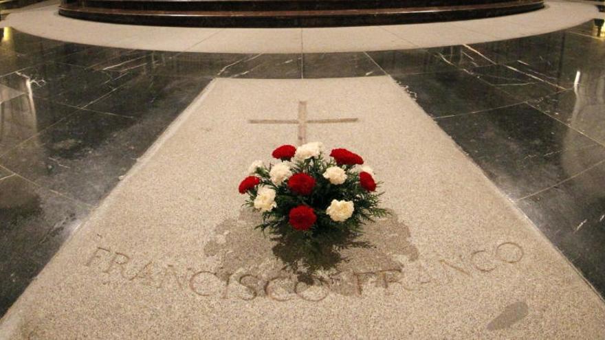 Garzón pide trasladar los restos de Franco del Valle de los Caídos