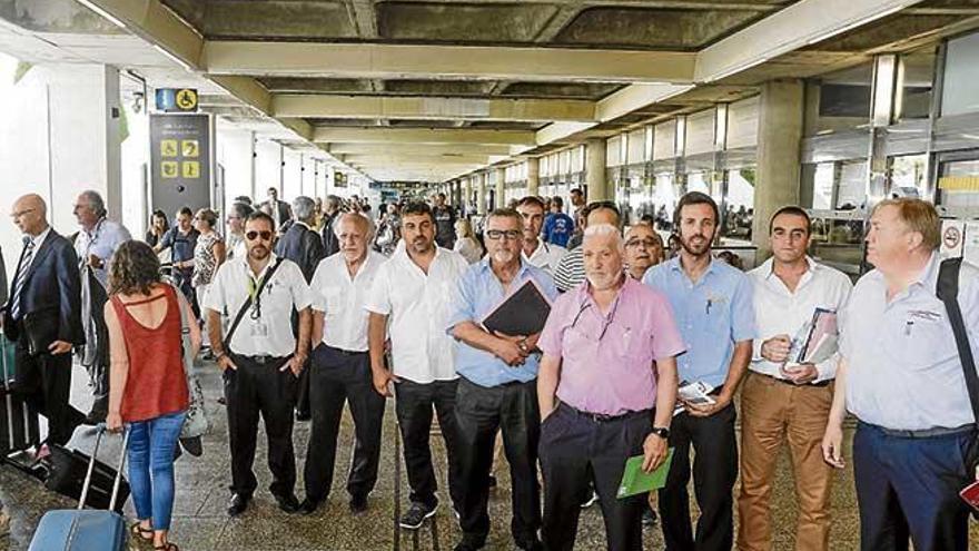 El sector discrecional denuncia largas colas de turistas por culpa del Govern