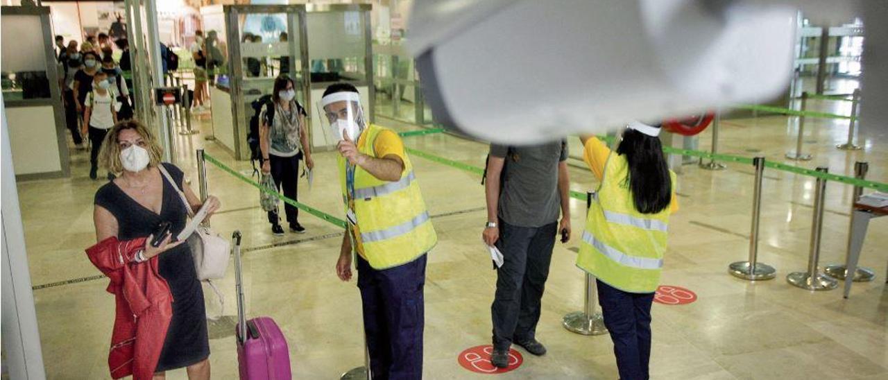 Control de temperatura en la llegada de pasajeros internacionales en el aeropuerto de València.