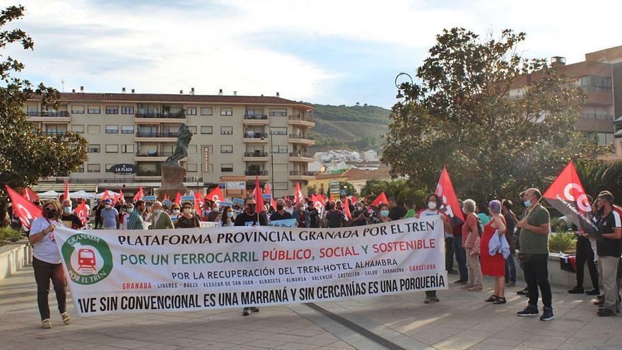 Más de cien personas se movilizan en Antequera en defensa del ferrocarril