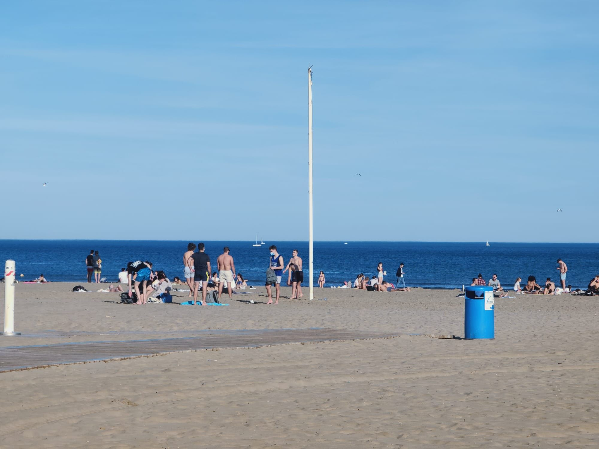 El buen tiempo llena la playa de la Malva-rosa en enero