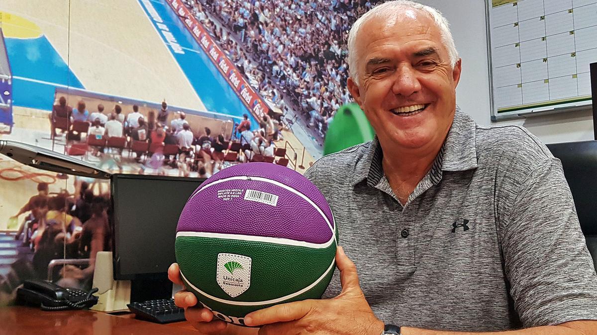 Manolo Rubia posa para La Opinión de Málaga en su despacho de Los Guindos, solo unos días antes de jubilarse y dejar el club después de casi tres décadas y media