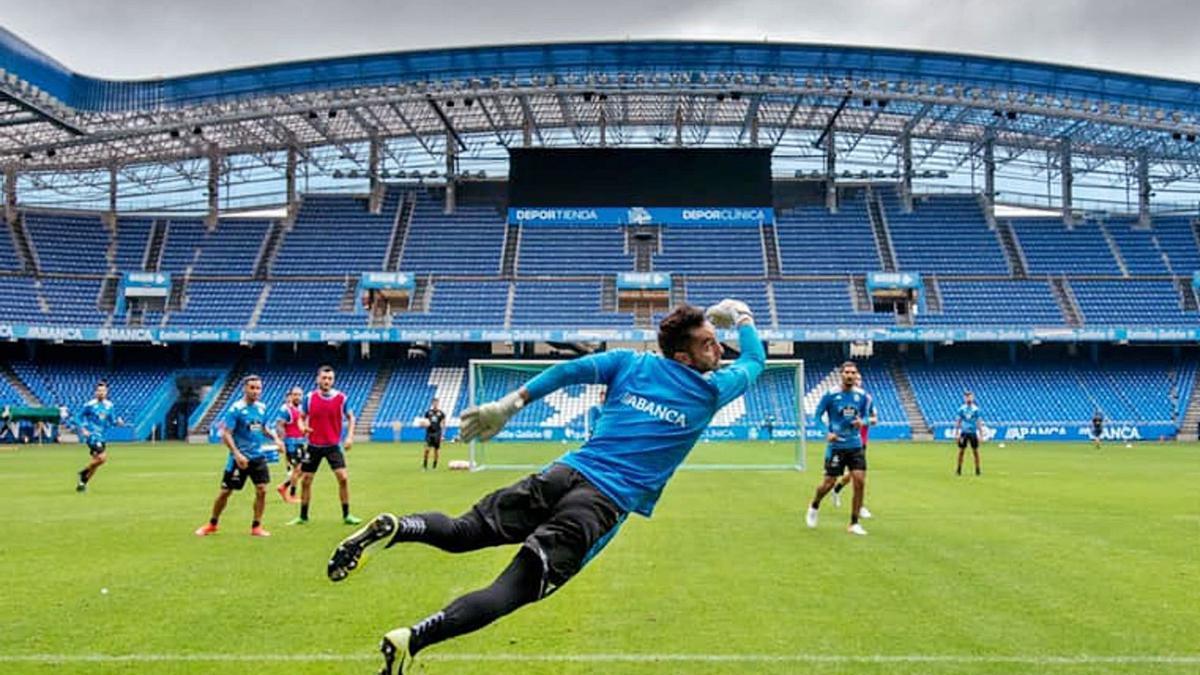 Ian Mackay vuela en un entrenamiento de esta pretemporada en el estadio de Riazor. |  // RCD