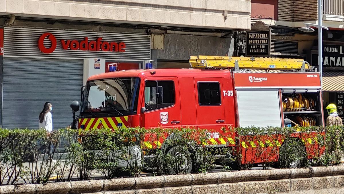 Los bomberos en otro servicio en la ciudad de Zaragoza.