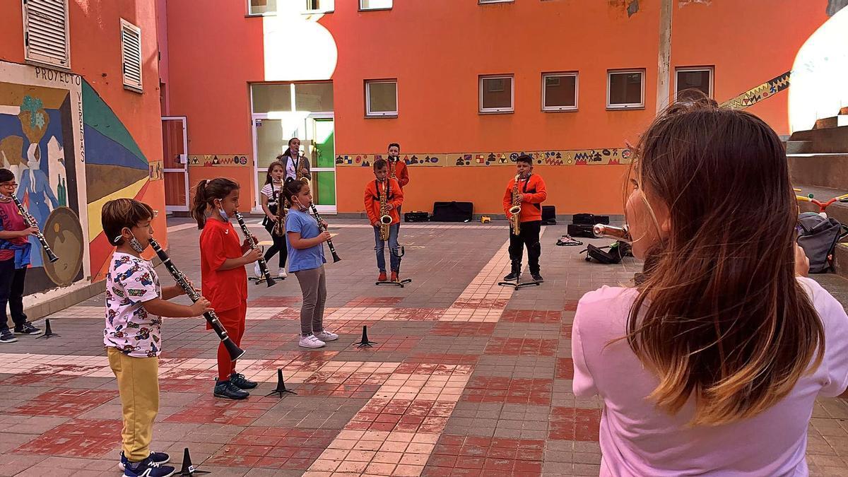 Integrantes de los Barrios Orquestados, en una de sus actividades en Jinámar, en una imagen del Ayuntamiento. | | A.T.