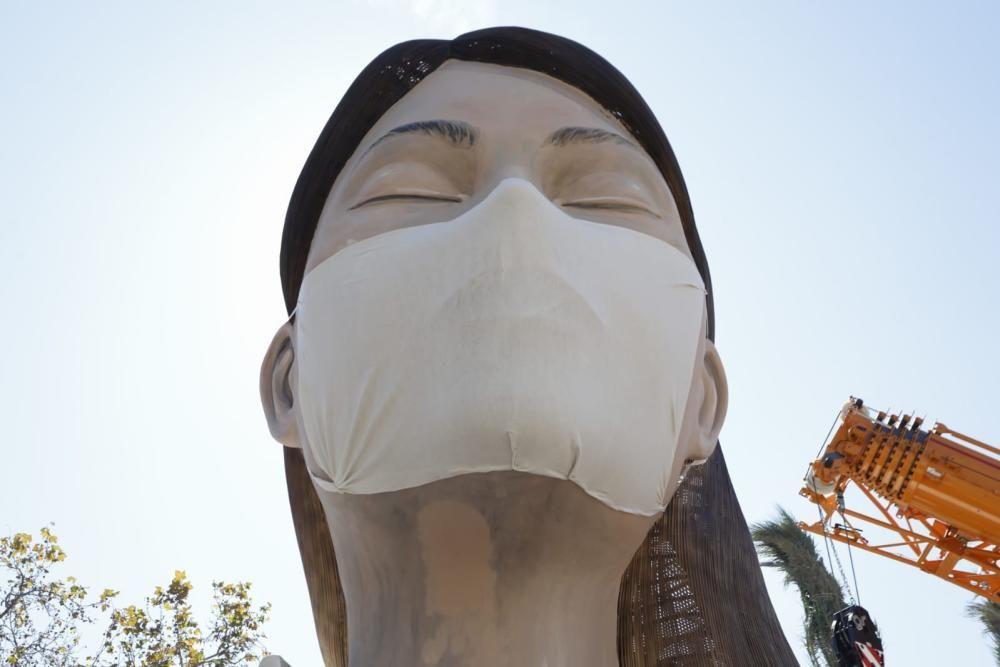 Colocan una mascarilla a la figura de la falla municipal