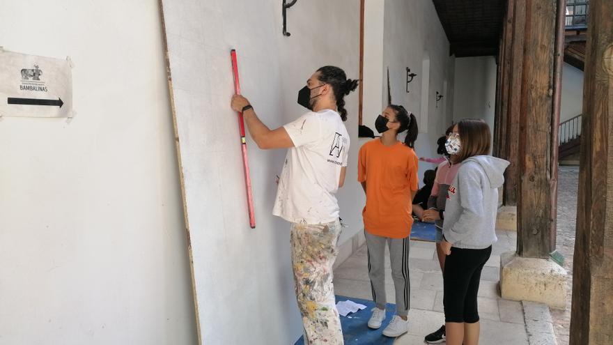 Carlos Adeva enseña a jóvenes de Toro las técnicas básicas del arte mural