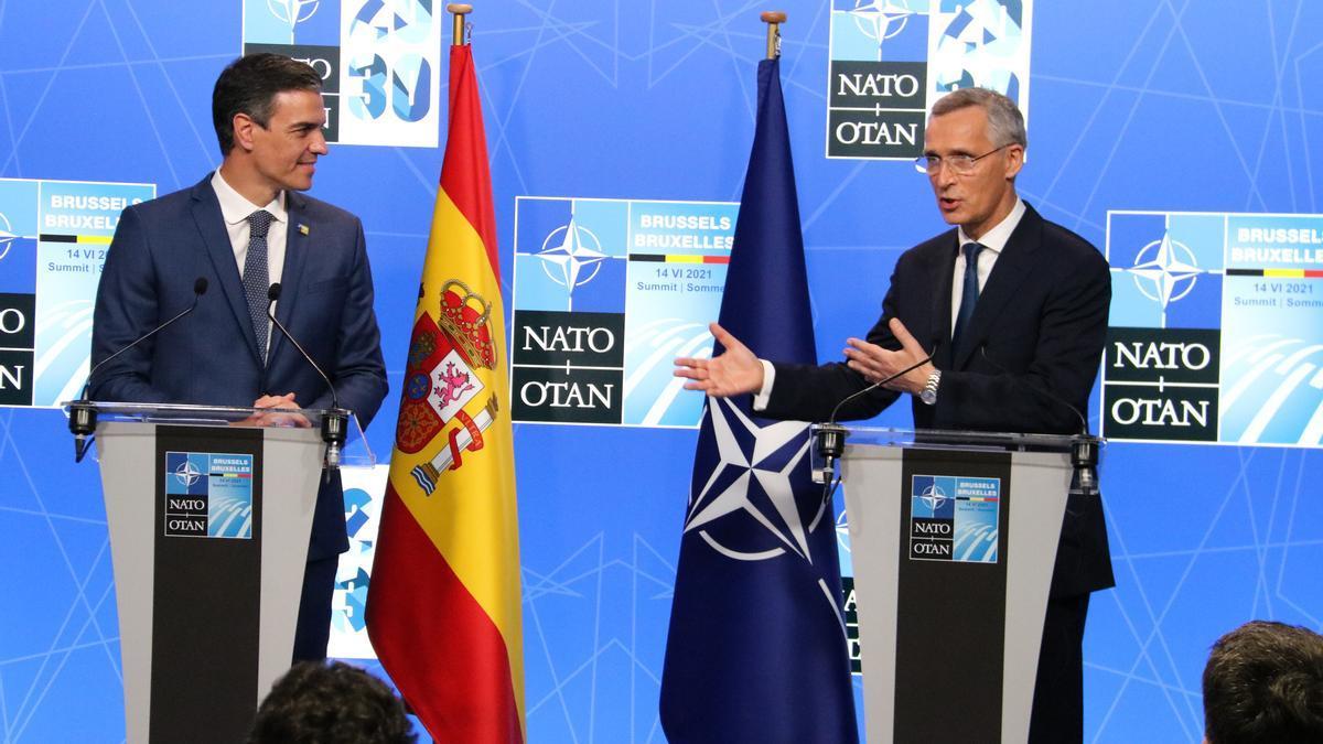 El president espanyol Pedro Sánchez i el secretari general de l'OTAN Jens Stoltenberg durant una roda de premsa conjunta després de la cimera de l'OTAN, a Brussel·les el 14 de juny de 2021. (Horitzontal)