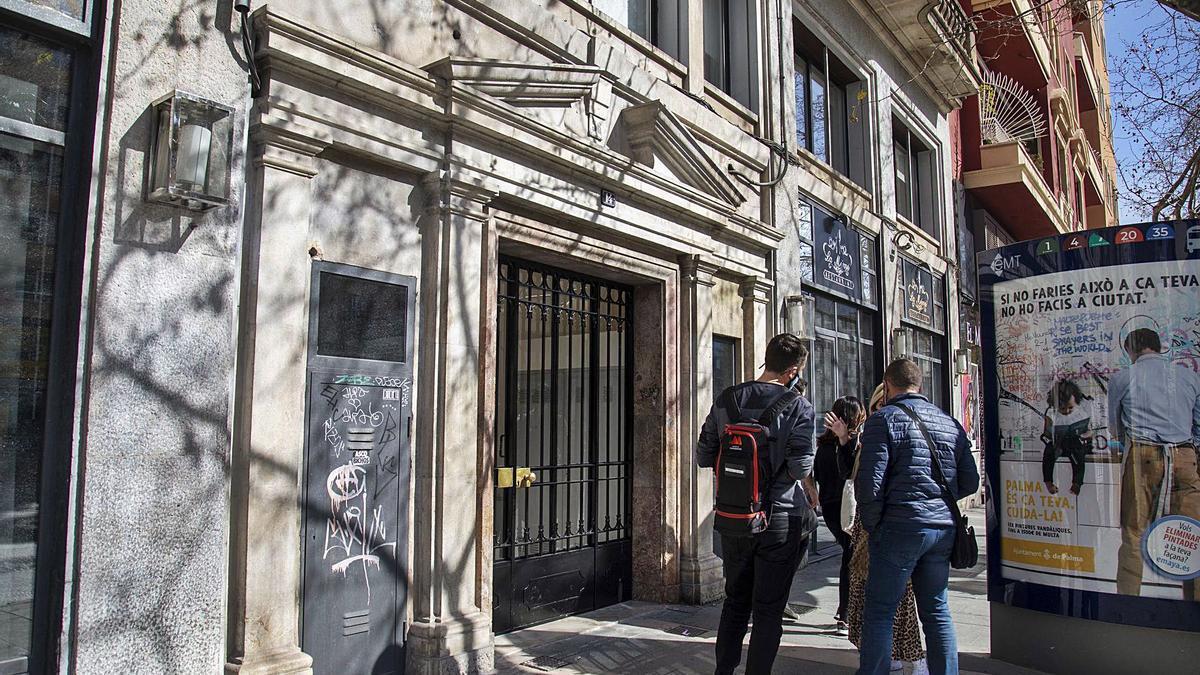 Portal donde se encontraba el despacho de los abogados, registrado ayer, en la calle Comte de Sallent de Palma.   GUILLEM BOSCH