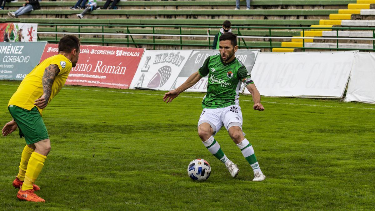 Carlos Andújar, con el balón, durante el partido ante el Olivenza en el Príncipe Felipe.