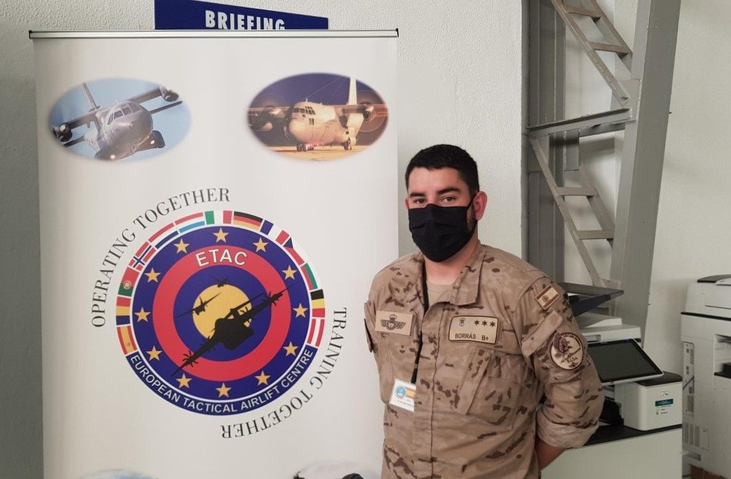 V�ctor Mart�nez, paracaidista del Escuadr�n de Apoyo al Despliegue A�reo en Zaragoza 1.jpg