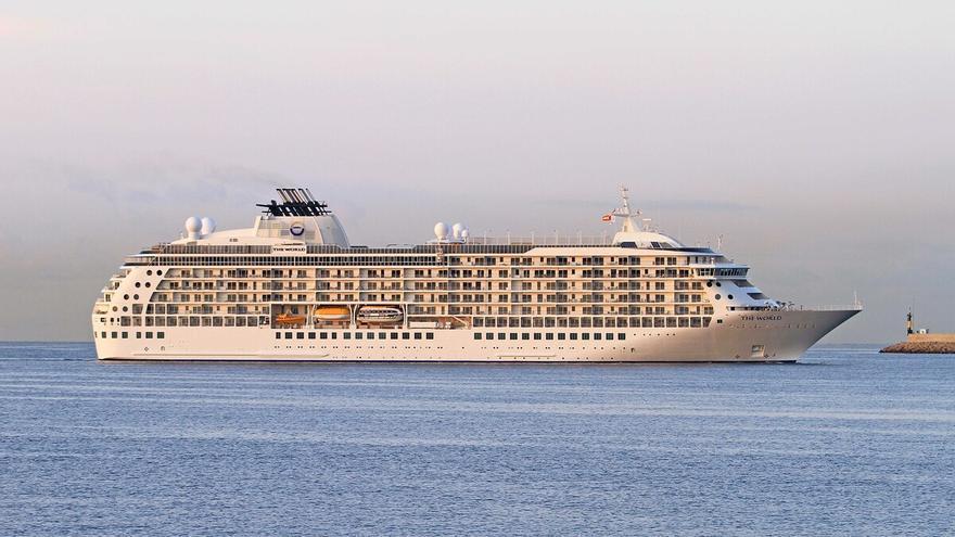 Llega a Palma el 'The World', un barco con 165 residencias privadas