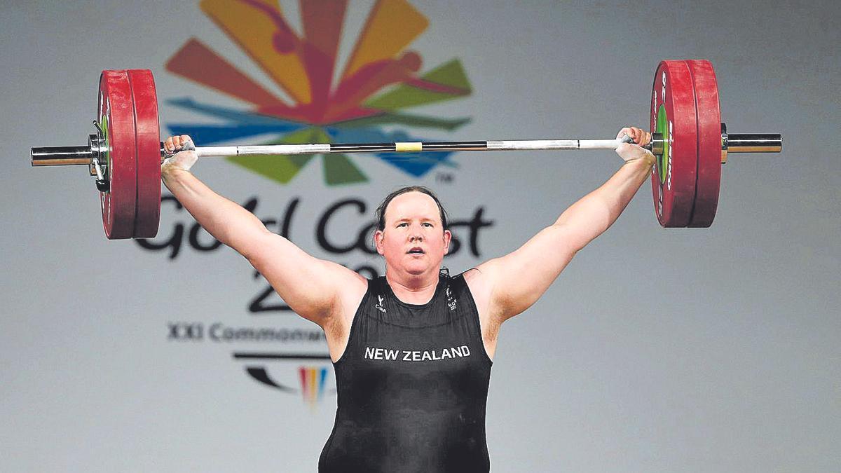 Laurel Hubbard levanta las pesas durante los Juegos de la Commonwealth.