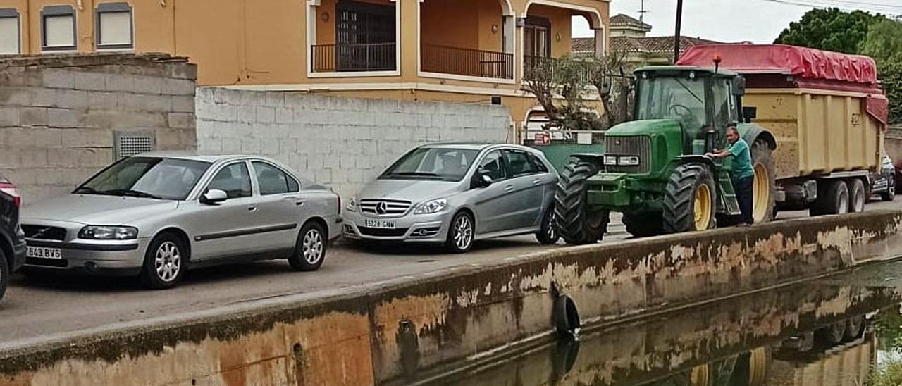 Vehículo agrícola bloqueado por los turismos en El Palmar este fin de semana.    A. V. EL PALMAR