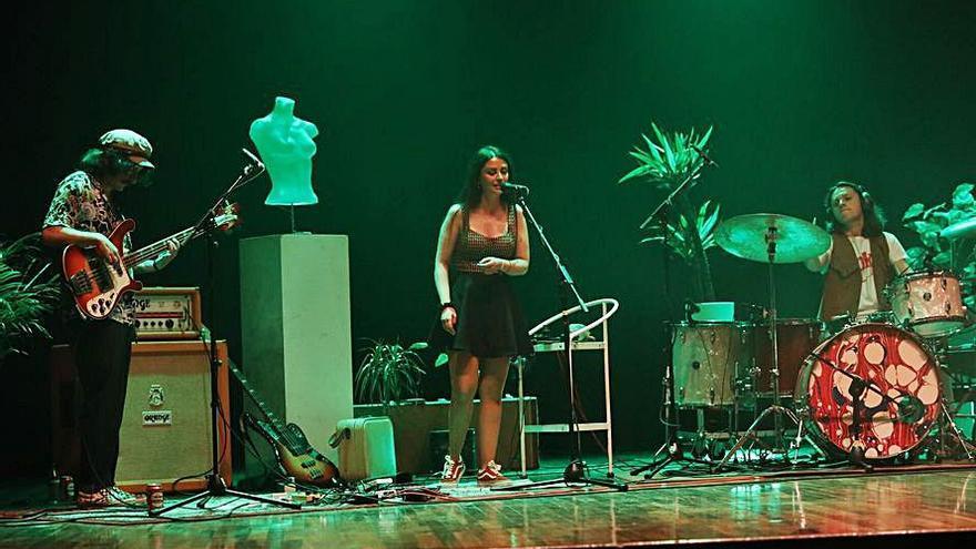 """La banda ovetense """"Acid Mess"""" hace vibrar a un público entregado en el auditorio de la Casa de Cultura"""