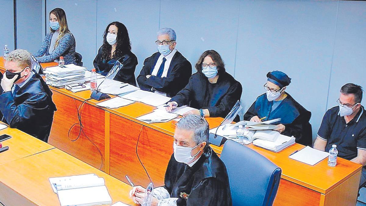 Imagen de la cuarta sesión del juicio contra María Jesús M. C. y Salvador R. L., durante uno de los interrogatorios del fiscal.