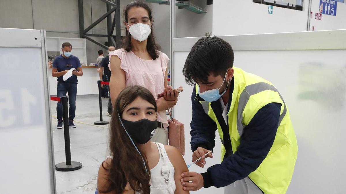 Una chica recibe la vacuna contra el coronavirus.