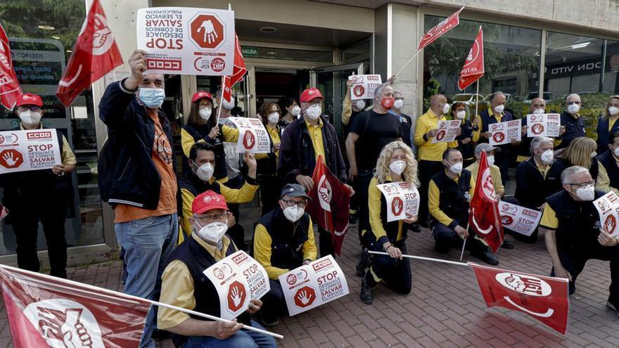 Los trabajadores de Correos de Alcoy protestan por los recortes en la plantilla