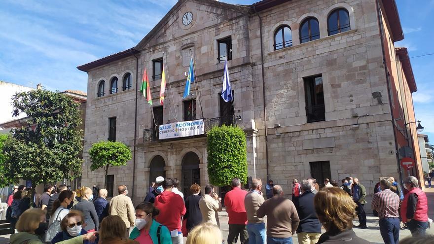 Llanes sale a la calle en defensa del sector turístico