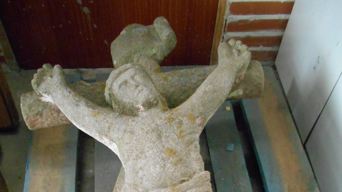 A imaxe do Cristo crucificado, depositada nunha nave municipal.// Ángel Utrera