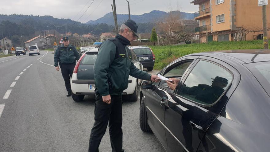 La Guardia Civil intercepta en Lalín y A Estrada a dos usuarios que conducían sin carné