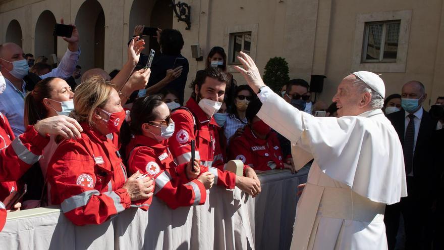 El Papa Francisco besa el número tatuado en el brazo de una superviviente de los campos de concentración