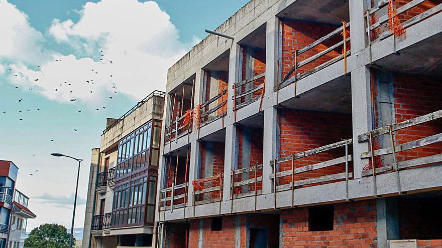 Subastan un edificio en Mosteiro cuyos promotores quebraron en la crisis de 2008