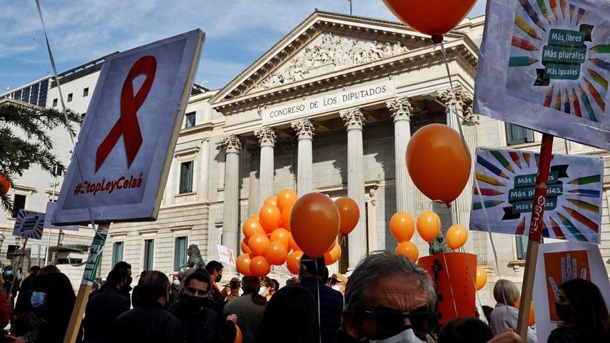 La ley Celaá profundiza la división en la enseñanza y saca a la calle a profesores y padres