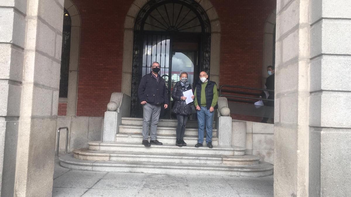 Miembros de Vox Zamora, ante el Ayuntamiento