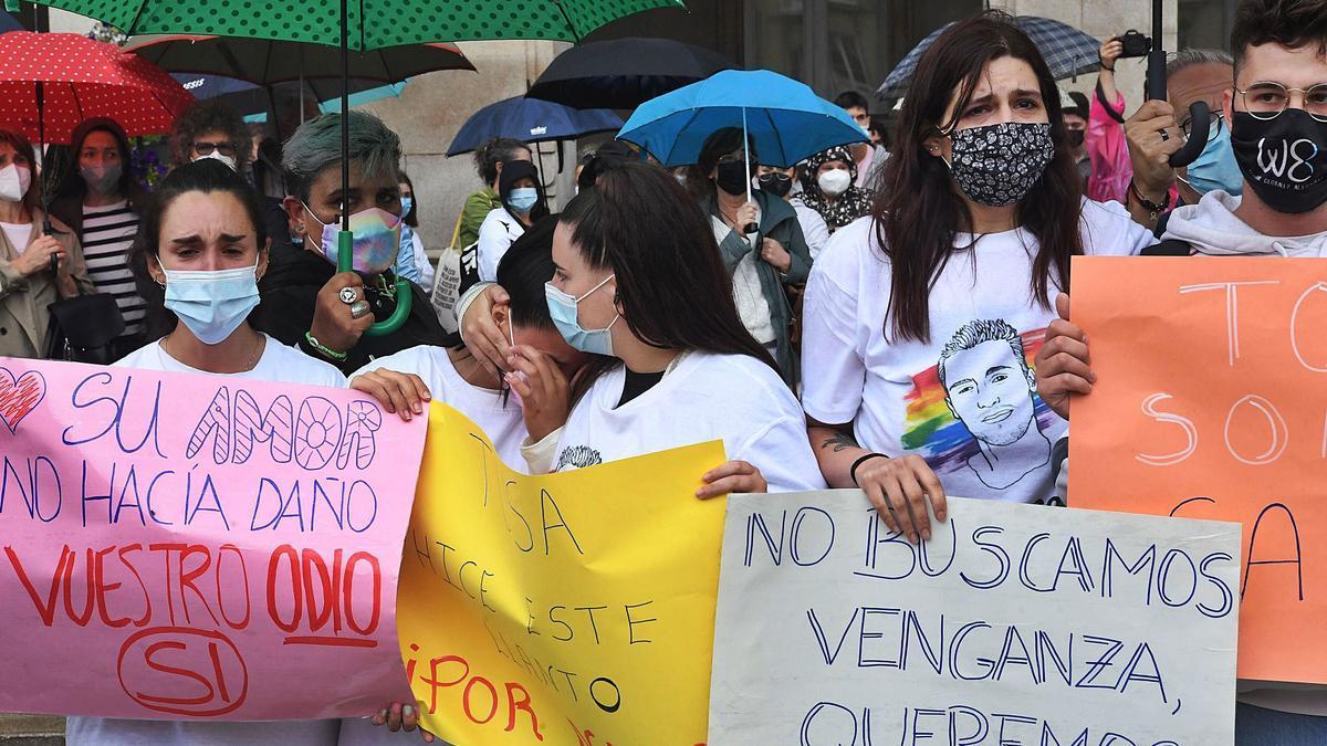 Amigos de Samuel durante la concentración en María Pita | CARLOS PARDELLAS