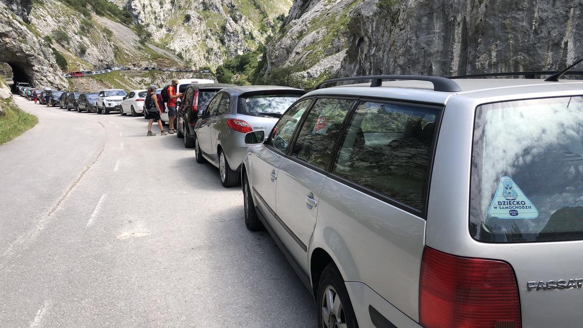 Gran colas de coches, en verano, en el acceso a la Ruta del Cares.