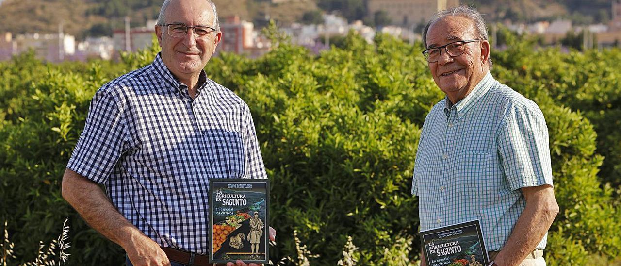 Társilo Caruana y Vicente García, con ejemplares del libro que han escrito. | DANIEL TORTAJADA