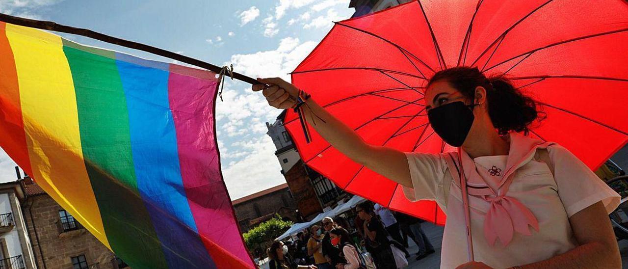 Alicia Suárez, con la bandera arcoíris.