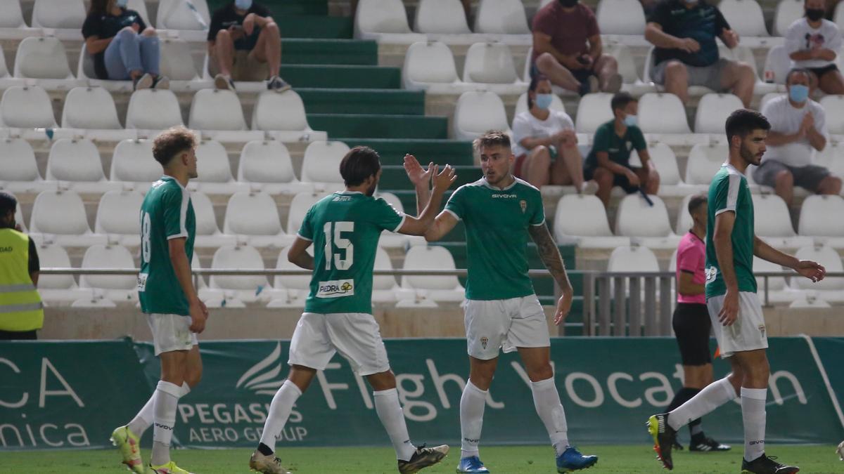 Casas celebra uno de sus goles al Rayo Majadahonda con Ale Bernal.