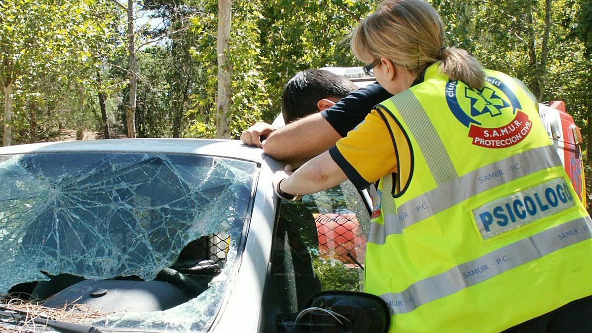 Una de las psicólogas del Samur de Madrid, interviniendo con un conductor tras un atropello. | SAMUR-PROTECCIÓN CIVIL